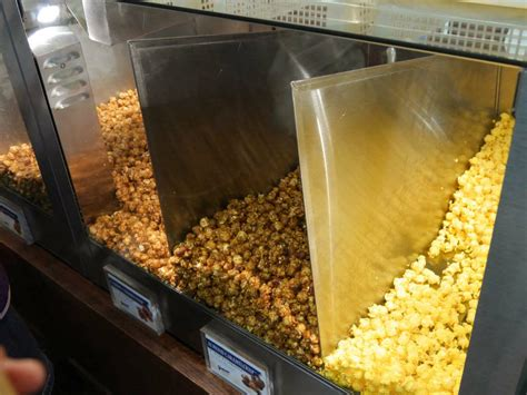 Garret Popcorn Chicago Mix Caramel Crisp Cheese Corn Small i bought a limited time quot pecan caramel crisp quot at garrett popcorn and tried it for a meal gigazine