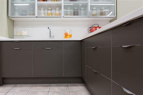 handle kitchen cabinets noma el tirador con forma de ola noma the wave shaped