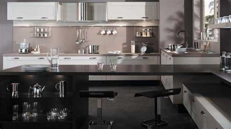 cuisine noir blanc le noir s installe dans la cuisine