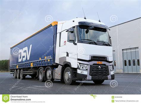 wit renault trucks t semi op asphalt yard redactionele