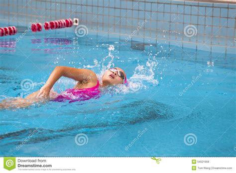imagenes mujeres nadando las mujeres jovenes est 225 n nadando foto de archivo imagen