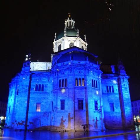illuminate per natale il duomo illuminato per natale foto di chiesa cattedrale