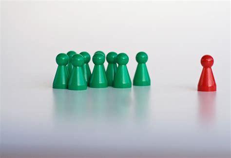 credenza significato l esclusione sociale rafforza la credenza nelle