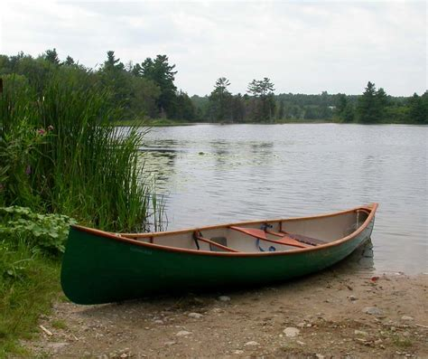 canoe and boat what s the difference between canoes and kayaks