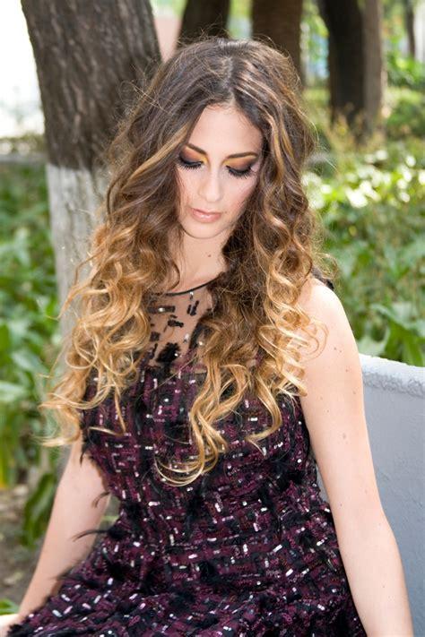 cabello rizado degradado de color y peinado rizado cabello y belleza