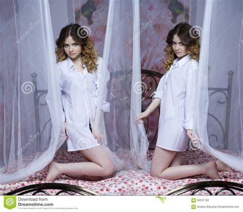 ragazze sul letto collage due ragazze ragazze bionde sul letto