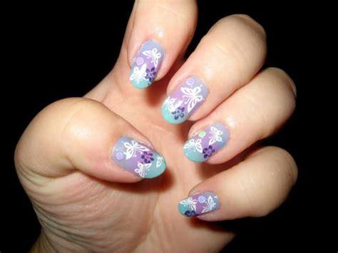 disegnare fiori sulle unghie smalti colorati e disegni per unghie