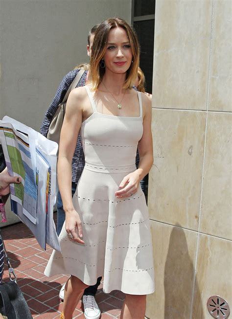 emily blunt s changing looks instyle com emily blunt photos photos emily blunt leaves the hard