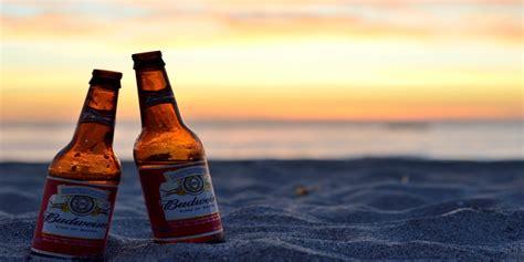 sulla spiaggia dove ordinare una birra o bere l ultimo sulla spiaggia a