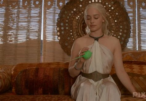 khaleesi bathtub scene how game of thrones animators use tennis balls and wind