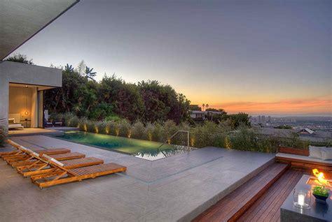 terrazzo con piscina arredare il terrazzo con mobili moderni per un outdoor da