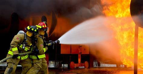 imagen de bomberos en  incendio foto gratis