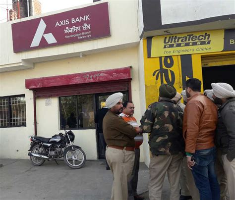 axis bank amritsar robbers loot rs7 25 lakh from axis bank