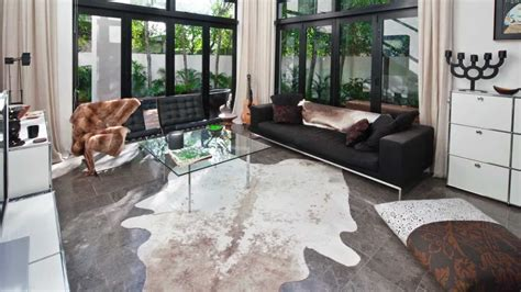 Cowhide Rug In Living Room How To Select A Good Quality Cowhide Rug By Www