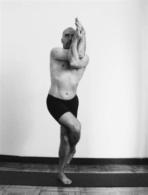 YOGA SU PRÁCTICA Y FILOSOFÍA: GARUDASANA - postura y efectos