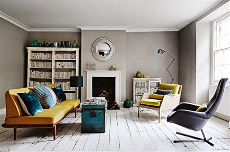 modern retro home design szare ściany w salonie z kominkiem ż 243 łtą zdjęcie w