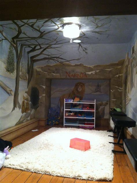wardrobe passage to narnia themed playroom geekologie