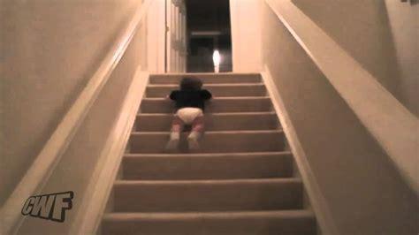 come fare ingrossare il sedere bimbo che scende le scale con il sedere