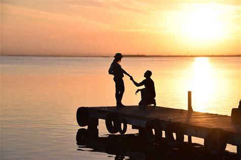 imagenes alegres de parejas フリー写真 夕暮れの桟橋でプロポーズするカップル gatag フリー素材集 壱