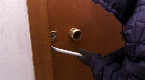 forzare porta blindata aprono serrature delle porte blindate poi svuotano gli
