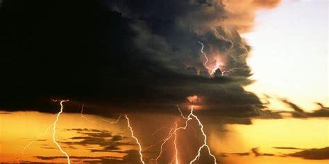 wallpaper awan petir ini fakta bagaimana awan cumolonimbus sangat berbahaya