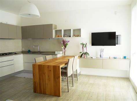 cucina con tavolo penisola cucina con tavolo penisola in rovere nodato arredamenti