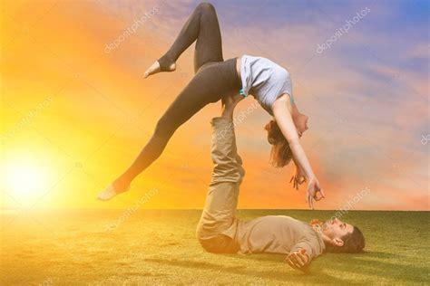 imágenes de yoga con dos personas las dos personas haciendo ejercicios de yoga foto de