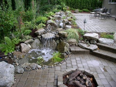 backyard stream ideas cascada de jard 237 n de dise 241 o moderno estanques