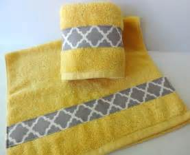 set of 2 bathroom towels in yellow and grey by