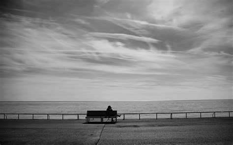 the bench com samotność znaleziono na granicy