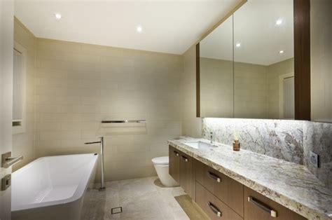 kleines badezimmerfenster bad ohne fenster beleuchten tolle tipps gegen dunkelheit