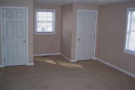 earth tone color room paint with white door trims and brown wall decofurnish