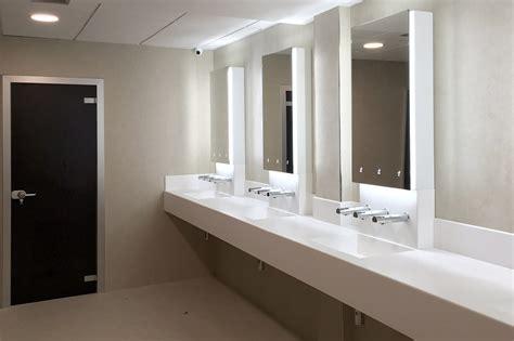 porte per bagni pubblici pareti in hpl e vetro lavabi in corian e sistemi per