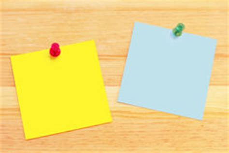 bureau de post notes de post it sur le bureau en bois image stock image