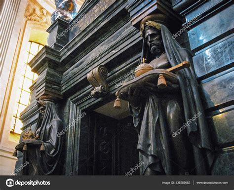 la tumba negra 8489367388 guardianes de piedra negra en la tumba de napole 243 n bonaparte en th foto editorial de stock