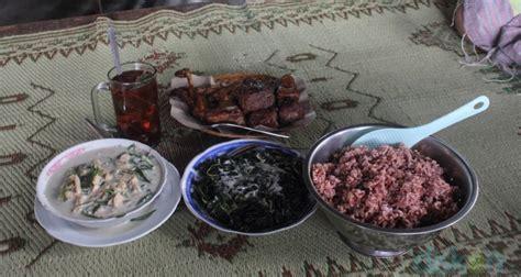 menyantap sajian khas gunung kidul  warung makan lombok