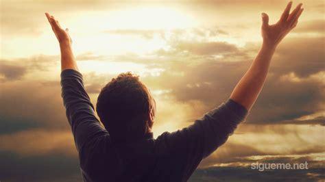 imagenes de personas orando a dios imagenes orando a dios mujer adorando a dios related