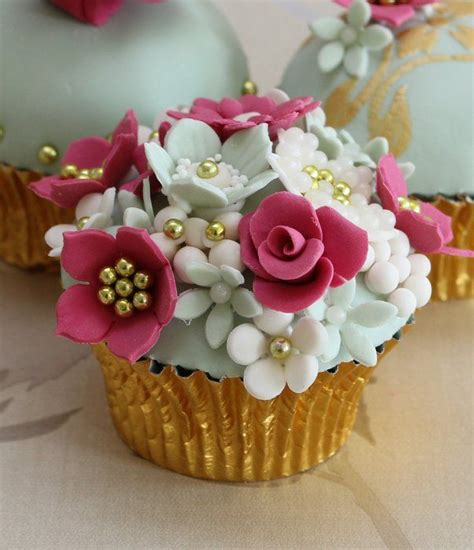 beautiful cupcake very pretty flowered cupcakes floral cupcakes
