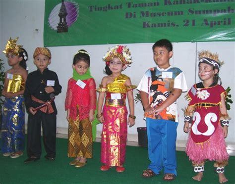 Baju Adat Maluku Perempuanlaki2 Tk quot sukses dengan busana daerah quot sekolah kristen bpk penabur jakarta tkk 7 penabur jakarta
