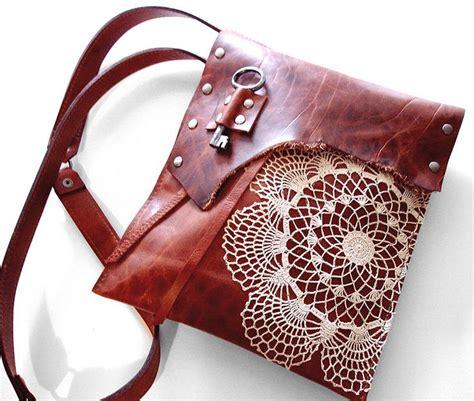 Tas Vintage Bohemian 4 med leather boho messenger w crochet doily antique key
