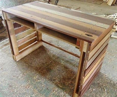 Best Wood For Computer Desk 25 Best Ideas About Pallet Desk On Pinterest Desk Ideas Crate Desk And Desks