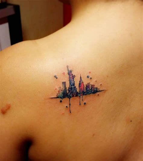 tattoo les nyc photo tatouage femme new york sur la clavicule
