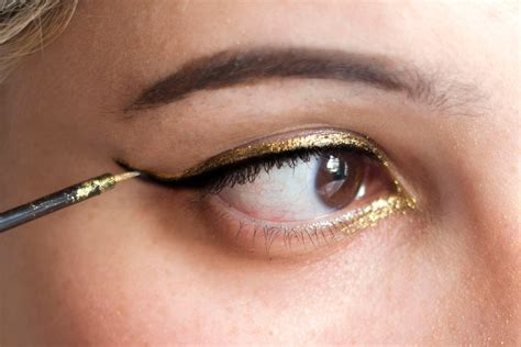 How To Do Metallic Cat Eye Makeup With Liquid Eyeliner