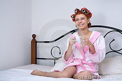 ragazza sul letto ragazza in bigodini sul letto fotografie stock immagine
