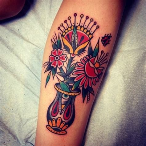 tradicional florero con flores tatuajes para