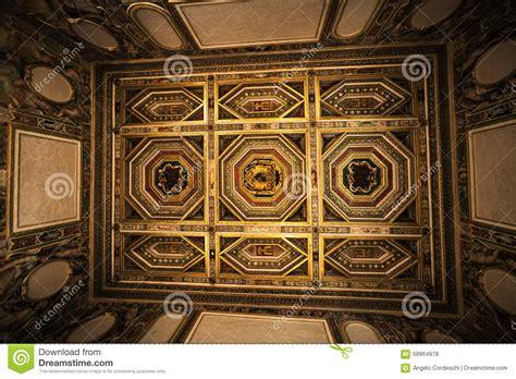 soffitto decorato soffitto decorato interno di stanza nella casa storica