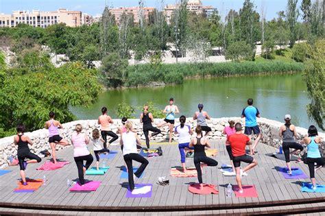imagenes de yoga al aire libre yoga al aire libre ingravito pilates yoga