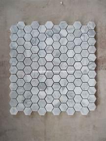 Kitchen Granite Backsplash mosaico de m 225 rmol blanco de carrara dimensi 243 n de una