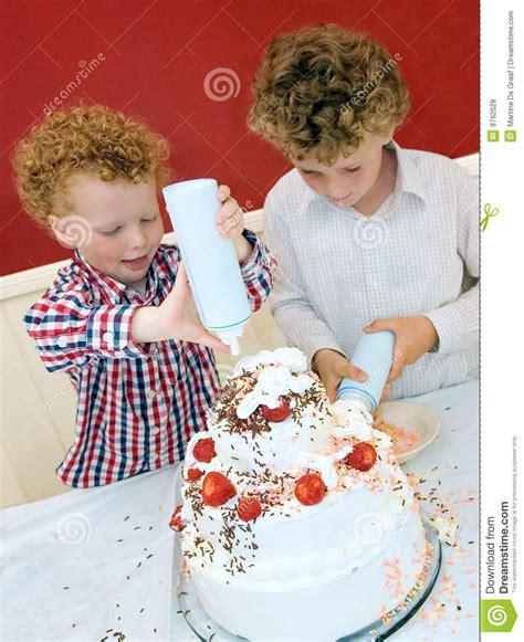 kinder backen kuchen kinder die kuchen backen lizenzfreie stockfotos bild