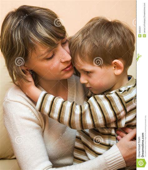 hijo ve a su mama dedearse madre e hijo imagen de archivo imagen de adorable